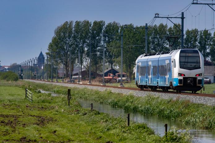 Definitief geen 140 kilometer per uur op Kamperlijntje. Hier passeert de Keolis-trein de spoorovergang Bosjessteeg in Mastenbroek.