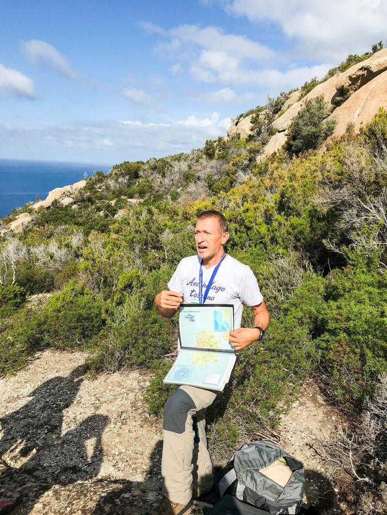 Gids Massimo Ciccarelli weet alles van het eiland, behalve van de schat. Beeld null