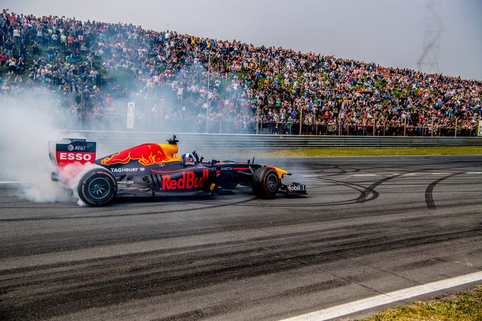 Max Verstappen tijdens driftdemo bij de Jumbo Familie Racedagen op Circuit Park Zandvoort