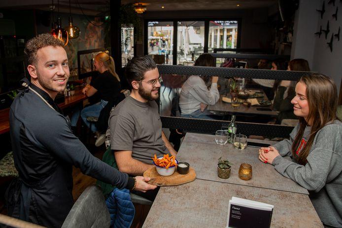 Maud Gerritsma en Drilon Hasani genieten nog van hun zoete aardappelfrietjes, geserveerd door eigenaar Diego Willems. Zodra Flavour dicht is, blijft het stel eten afhalen bij Flavour om de lokale horeca zo nog enigszins te steunen.