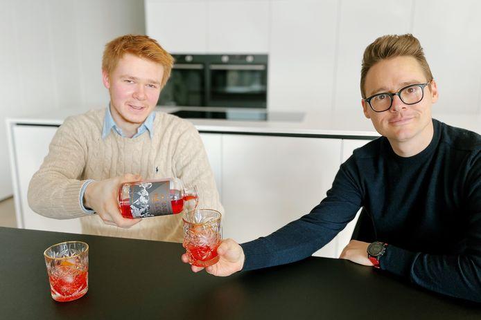 Sybren Hoffelinck en Stefaan Maes destilleerden op basis van het originele recept uit 1919 samen hun eigen 'Conte Negroni'.