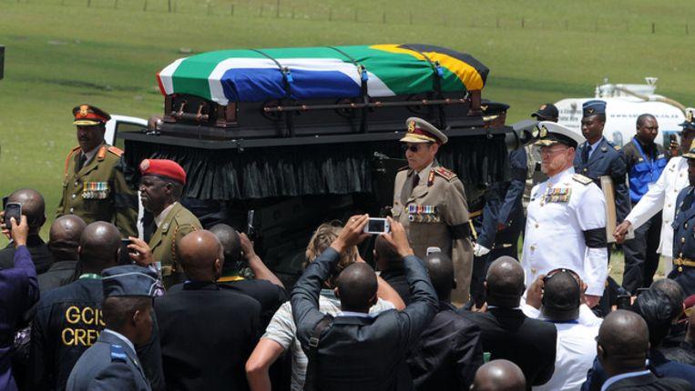 De kist met Mandela op weg naar de laatste rustplaats. Beeld afp