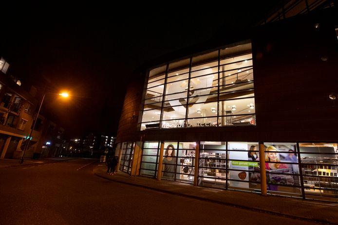 Het bestuur van de Almelose bibliotheek wacht in spanning af wat de gemeente Almelo over de kritiek zegt.