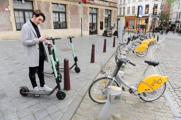 Straks in het Kortrijkse straatbeeld: elektrische deelsteps en deelfietsen (zoals in Brussel, op de foto).