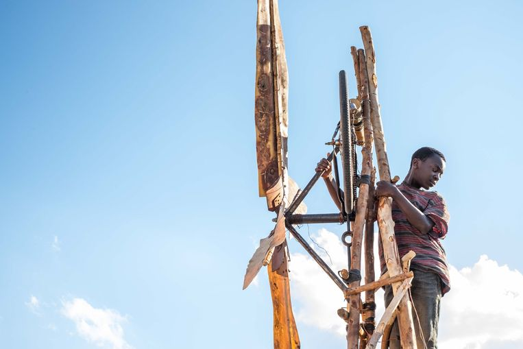 Maxwell Simba in 'The Boy Who Harnessed the Wind' van Chiwetel Ejiofor. Beeld