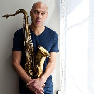 tenorsaxofonist-joshua-redman-en-zijn-orkest-tonen-pas-na-de-pauze-meer-bezieling-%E2%98%85%E2%98%85%E2%98%85%E2%98%86%E2%98%86