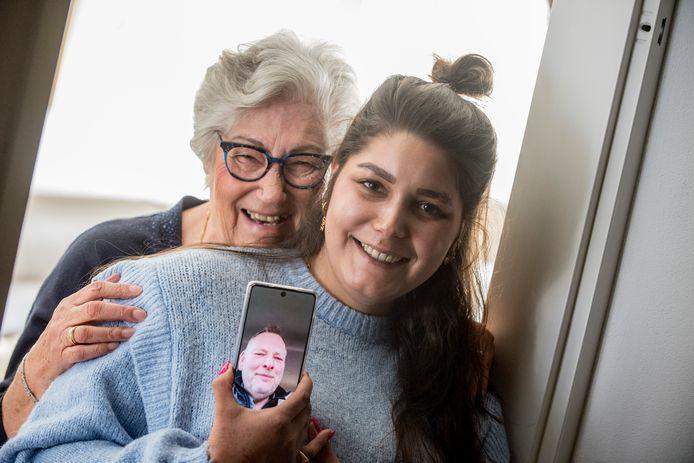 Wil Huibers en haar kleindochter Yasmin communiceren via beeldbellen met de regisseur van musical 'De Jantjes'.