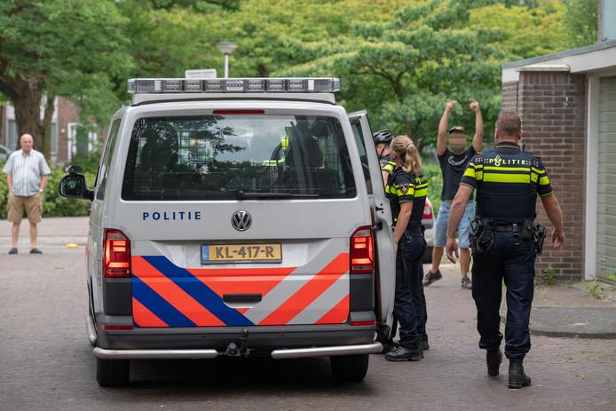 Provocerende jongeren bij de politiecontrole.