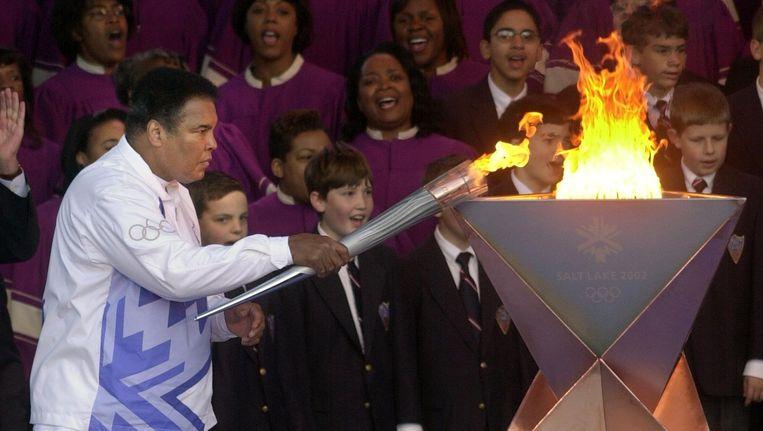 Muhammed Ali steekt de Olympische vlam aan in Salt Lake City in 2002 Beeld anp