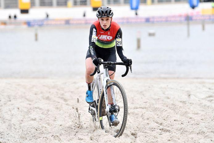 Karen Verhestraeten baant zich een weg door het zand van de Zilvermeercross en mag dat zaterdag in Oostende overdoen.