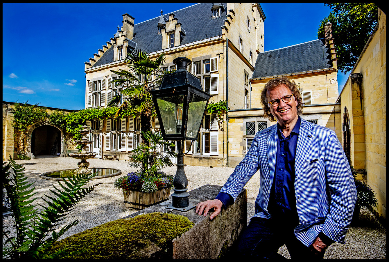 André Rieu met op de achtergrond zijn huis.