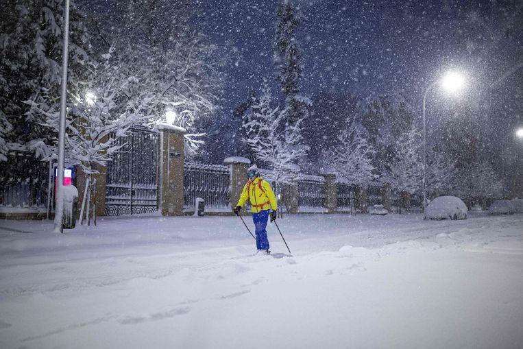 Een persoon verplaatst zich op ski's door Madrid.  Beeld AFP