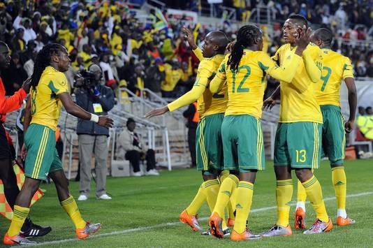 De spelers van Zuid-Afrika vieren een doelpunt uit een strafschop tijdens één van de verdachte wedstrijden, de oefeninterland tegen Guatemala, op 31 mei 2010.