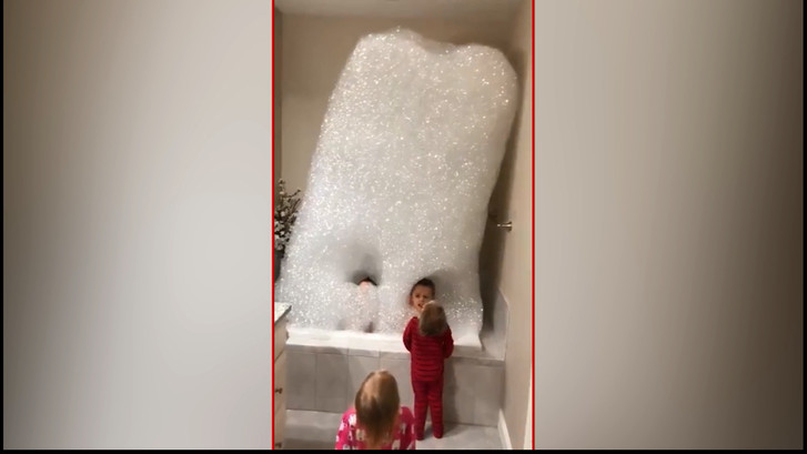 Kinderen vullen de kamer met badschuim