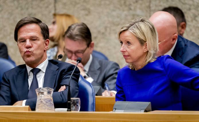 Minister-president Mark Rutte  en Kajsa Ollongren, minister van Binnenlandse Zaken met een dubbele nationaliteit, in vak K.