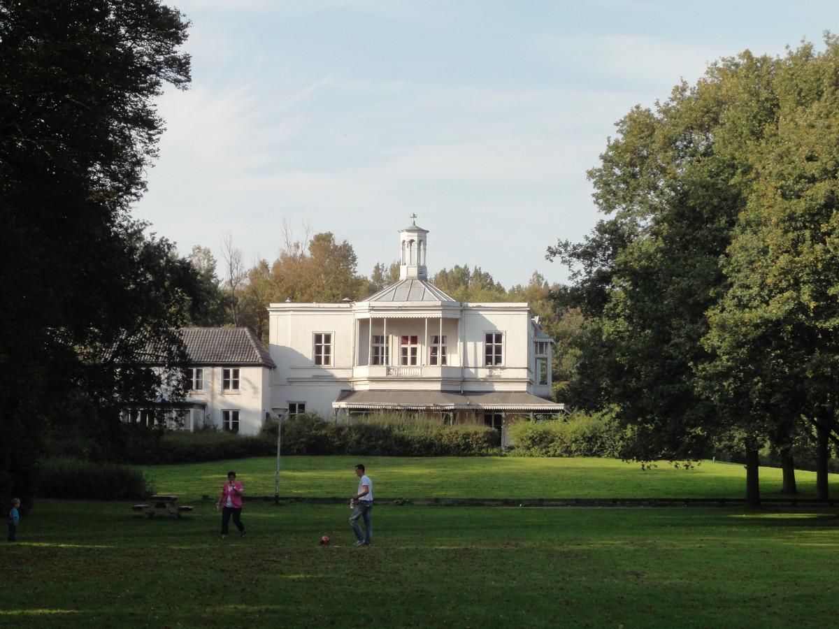 De 17e-eeuwse buitenplaats rond Villa Ockenburgh is door vrijwilligers weer in oude luister hersteld, en dat is uitstekend gelukt volgens kenners én publiek.