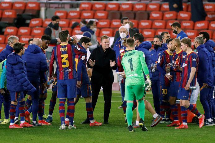 Ronald Koeman geeft instructies aan zijn spelers.