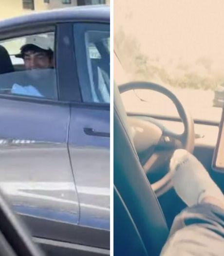 La police arrête un homme assis sur la banquette arrière de sa Tesla alors que celle-ci roule sans conducteur sur l'autoroute