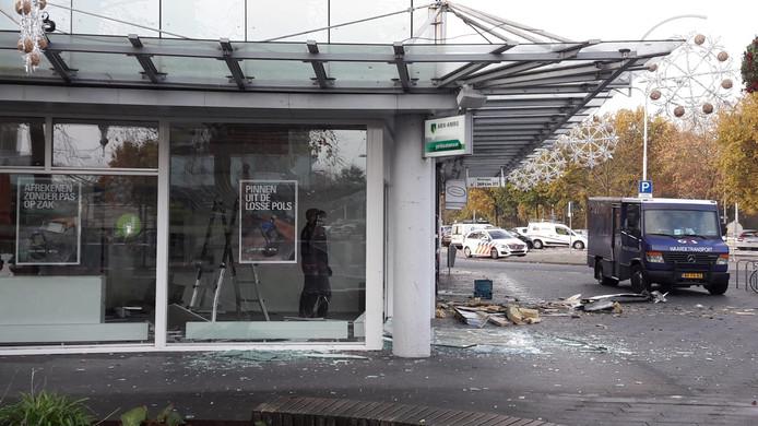 De pinautomaat van de ABN AMRO aan de Heyhoefpromenade in Tilburg werd donderdagnacht opgeblazen.