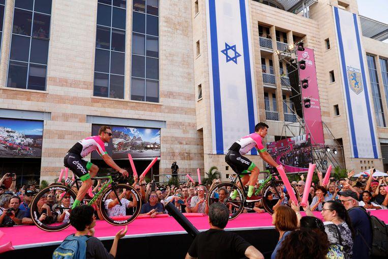Wielerploeg EF Education First-Drapac Cannondale tijdens de presentatie in Jeruzalem.  Beeld EPA