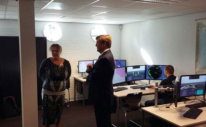 Koning Willem-Alexander krijgt uitleg in het Maritiem en Logistiek College De Ruyter in Vlissingen.