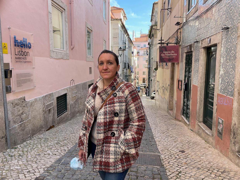 Fabiana Pavel van bewonersplatform 'Leven in Lissabon' in haar wijk Bairro Alto.