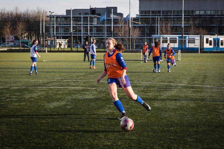 Het team (onder zestien) is te goed voor andere meisjes. Daarom spelen ze tegen jongens (onder vijftien) Beeld Dingena Mol