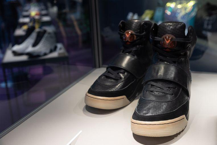 Kanye Wests sneakers, gedragen tijdens de Grammy-uitreiking in 2008, leverden bij een veiling een 1,8 miljoen dollar op. Beeld EPA