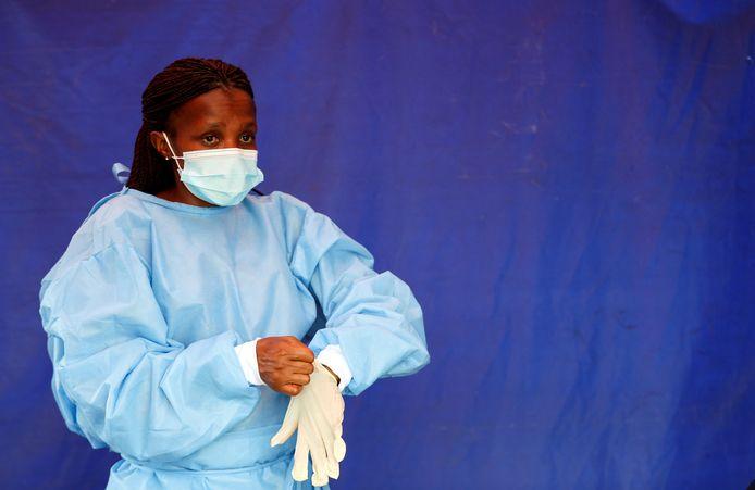Une soignante à Lenasia, en Afrique du Sud, le 14 janvier 2021.