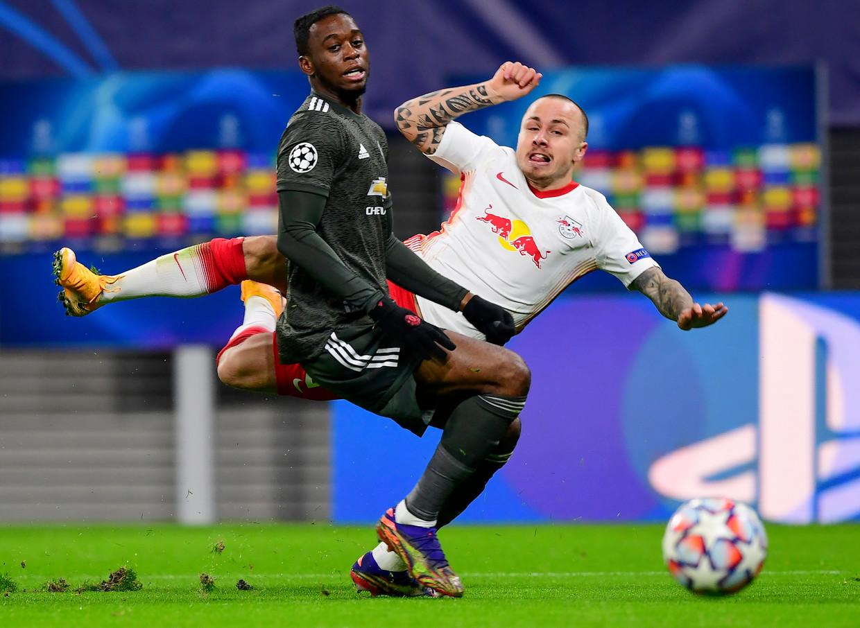 RB Leipzig-speler Angeliño vliegt door de lucht na een duel met Aaron Wan-Bissaka van Manchester United, dinsdagavond in de Champions League. Beeld EPA