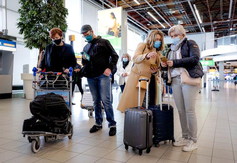 Vakantiegangers op Schiphol.  Beeld Hollandse Hoogte /  ANP