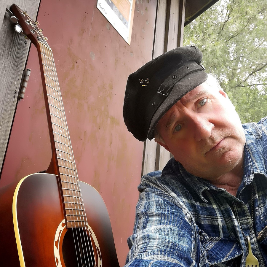 Frank van Es filmt zijn muziekclips zelf. Af en toe komt hij zelf in beeld.