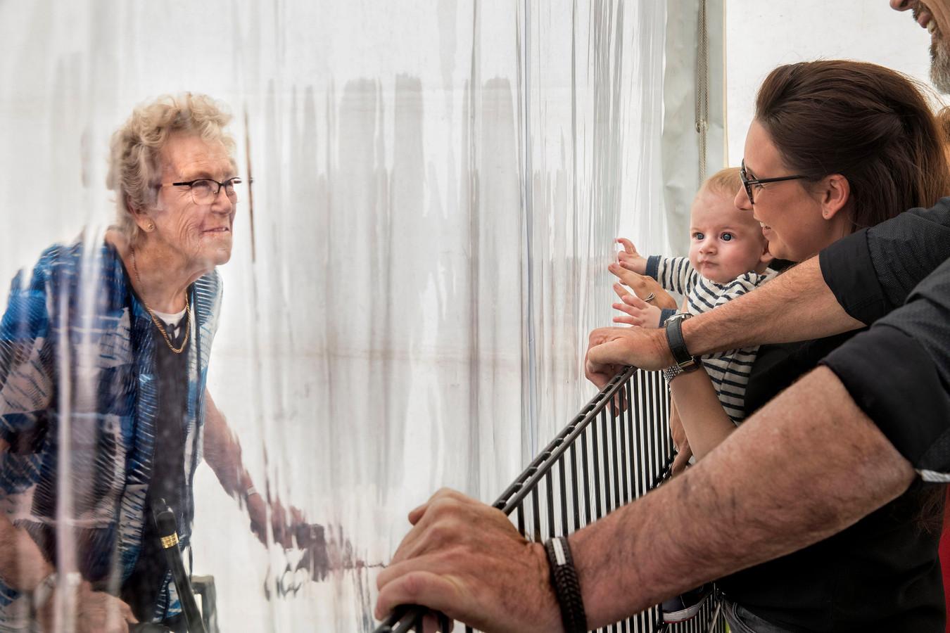 Maart 2020: Corona treft verpleeghuis Hof van Nassau in Steenbergen. De 92-jarige Naantje Koevoets ziet haar familie in de 'kletstent', onderling gescheiden via plastic zeil. Het was de laatste keer dat Mario Koevoets zijn moeder nog bewust zag. In mei moest de familie afscheid van haar nemen. Naantje overleed aan corona.