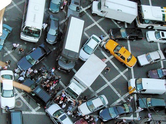 Een verkeerschaos ligt op de loer wanneer niemand oplet of de kruising vrij is bij het oprijden ervan.