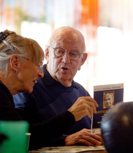 Oude voetbalplaatjes maken veel los bij dementerende ouderen: 'Dat hij zo reageerde, had ik ook niet verwacht'