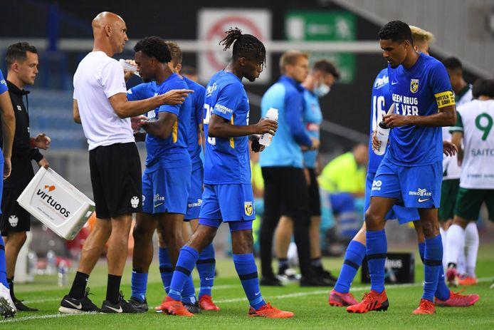 Thomas Letsch (wit shirt) instrueert zijn spelers tijdens de oefenwedstrijd tegen Lommel SK.