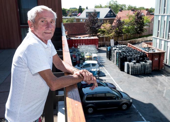 Piet Steehouwer woont boven de laad- en losruimte van Albert Heijn waar gisteren een vrachtwagen geheel uitbrandde.