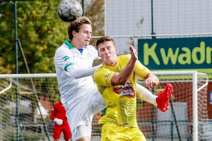 Een beeld uit de laatste thuismatch van Jong Zulte in eerste provinciale: Michel Ternest, die nog geen nieuwe ploeg heeft, duelleert met Ardennen-speler Pieter Vandenabeele.