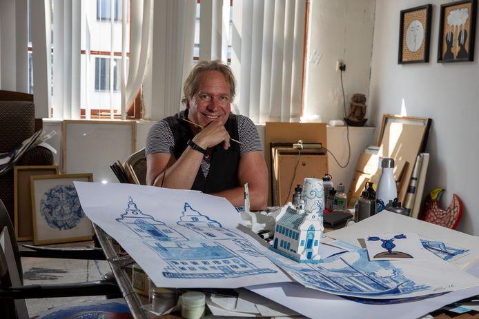 Jacques Tange aan zijn ontwerptafel in zijn atelier aan de Schie in Schiedam. Voor hem liggen ontwerpen voor Schiedam Blue.