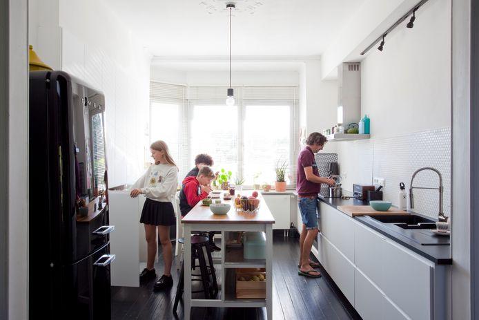 Aan de linkerkant heeft de keuken van Ikea een kastenwand van onder tot boven.