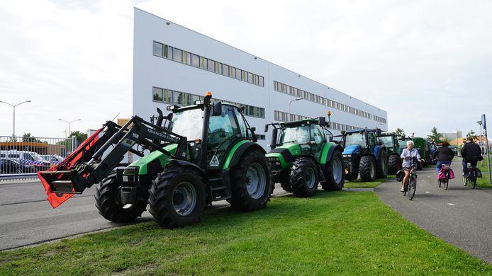 De tien trekkers waren door de boeren recht tegenover het politiebureau in Deventer geposteerd.