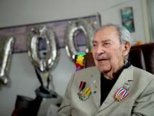 Dubbel feest voor KNIL-veteraan: Jos uit Zeewolde krijgt op honderdste verjaardag ereteken Orde en Vrede