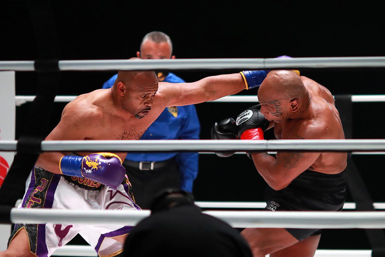 Mike Tyson (rechts) in gevecht met Roy Jones.