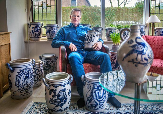 Ron Tousain met in zijn handen een Keulse pot uit Kasteel Rosendael