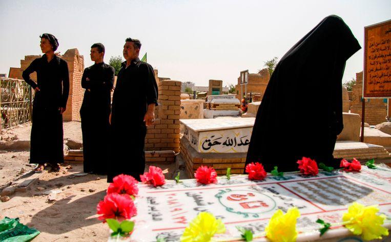Een Irakese vrouw bij het graf van Tara Fares in Najaf. Beeld AFP