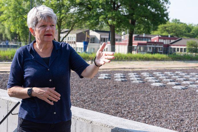 Directeur Willemien Meershoek geeft een rondleiding in het vernieuwde Kamp Amersfoort.