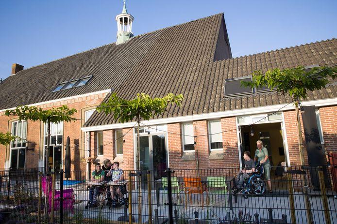 De jonge bewoners van Halte Zomervilla in Nieuw-Beijerland genieten volop in de tuin die met hulp van de buurt is aangelegd. Vanavond is de officiële opening.