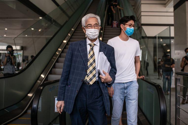 Voormalig wetgever en advocaat Martin Lee verlaat de West Kowloon Magistrates Courts na een hoorzitting op 1 april 2021 in Hong Kong. Beeld Getty Images