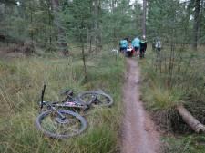Mountainbiker naar het ziekenhuis na harde val in bos bij Diffelen