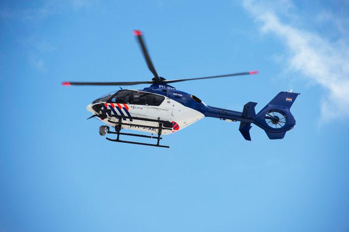 Een politiehelikopter bij daglicht.